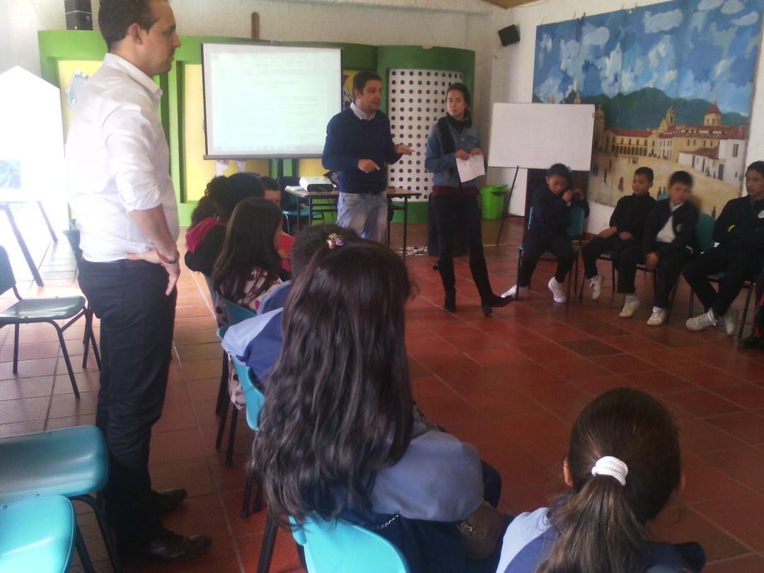 El Profesor Rubén Pajares y la Orientadora María Sánchez del CCEE Reyes Católicos, junto a Carlos Ferreiro, formaron a un grupo de mediadores en la Fundación Amiguitos Royal en Bogotá