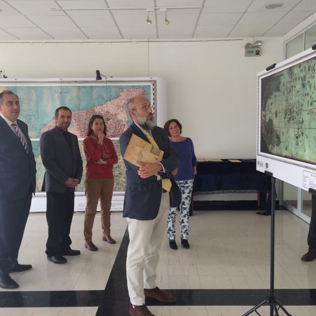 El Consejero visitó la sala de exposiciones del Centro Cultural, que tiene abierta una muestra cartográfica