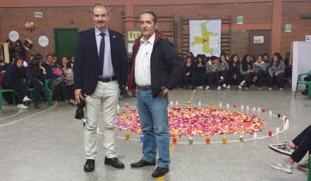 Los profesores Sergio Pérez y Valentín Velasco junto al alumnado de 1º de Bachillerato.