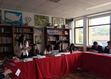 Las alumnas Valeria Torres, Sarah Villada y Mariana Villaveces en el comité en inglés donde Mariana obtuvo un Diploma de reconocimiento por su trabajo