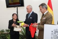 Recibiendo el premio de manos de nuestro embajador don Pablo Gómez de Olea Bustinza, contando con la presencia del Coronel de Infantería don José María Fuentes, Agregado de Defensa