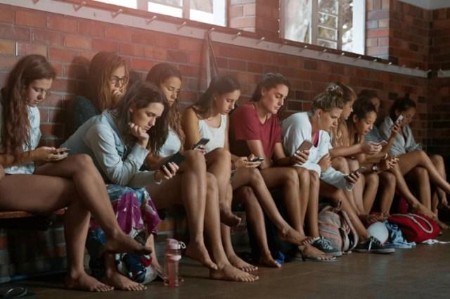 Chicos revisando celular