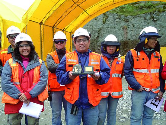 Trabajadores de Gold Fields con el premio