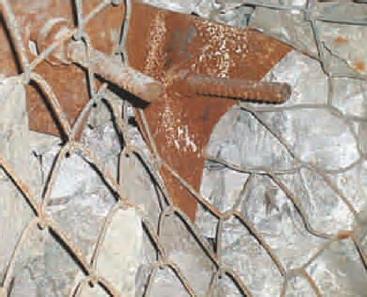 Figura: Deformación de planchuelas debido a cargas. Caída de rocas en minería