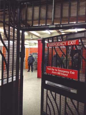 Uso y aplicación de señalización en las puertas de salida para emergencia y otros casos