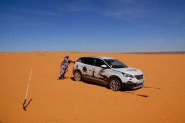 Zaïda a empurrar o 3008 nas dunas de Ouadane, Mauritânia