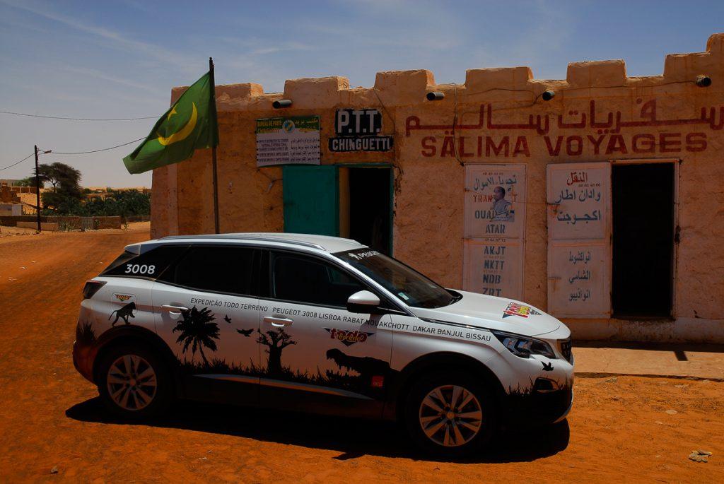 Mauritânia-com-o-Peugeot-à-porta-dos-correios-em-Chinguetti
