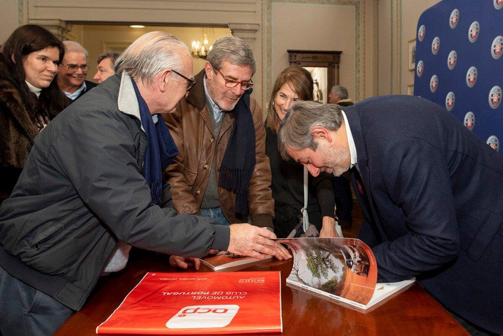 A autografar livros