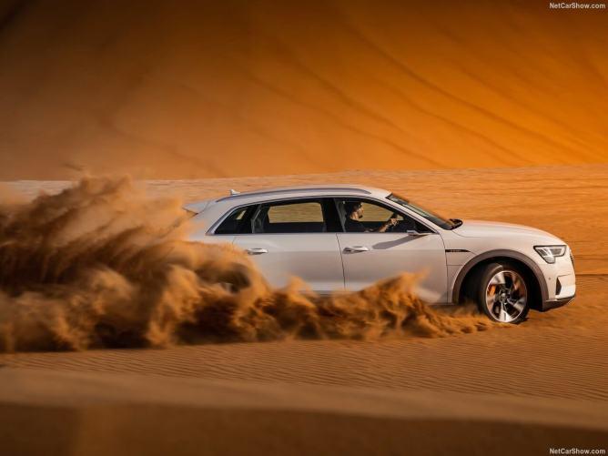 Audi-e-tron-2020-a curvar em areia
