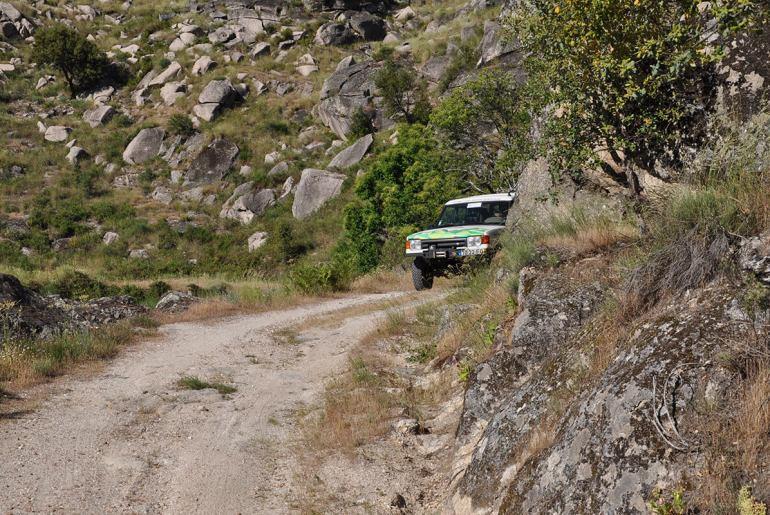 """Ao virar de cada curva, o itinerário do """"Portugal Norte-Sul"""" revela novas perspectivas. Este passeio, promete ser o evento do ano. Só para Land Rovers, é claro, de 2 a 5 de Outubro"""