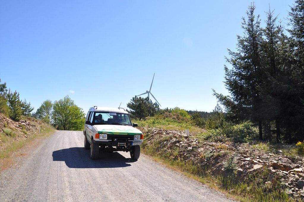 Os primeiros quilómetros fora da estrada vão percorrer uma pista pelas cumeeiras da Serra de Bornes, ao longo do Parque Eólico de Macedo de Cavaleiros. Começam aqui 290 km de T.T. num dia