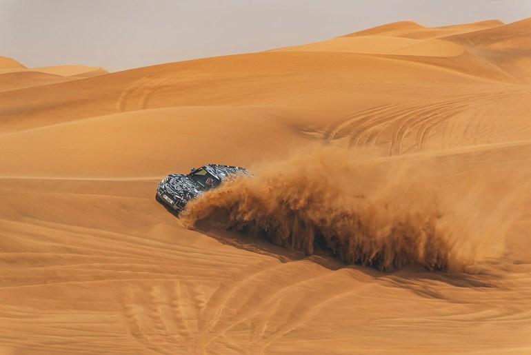 Novo Defender no deserto dos Emirados Árabes Unidos