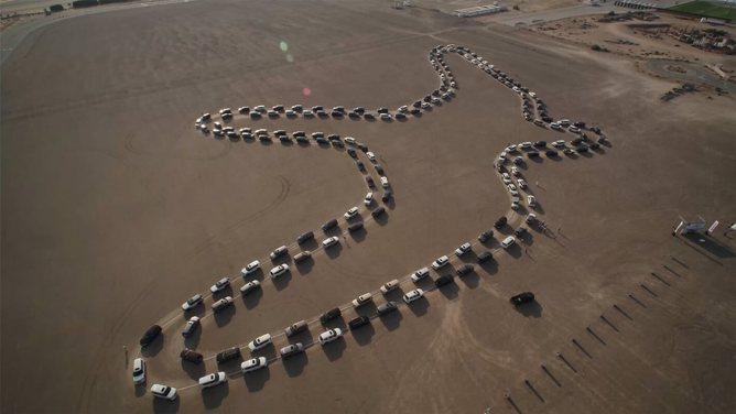 180 Patrol no Dubai desenharam um falcão