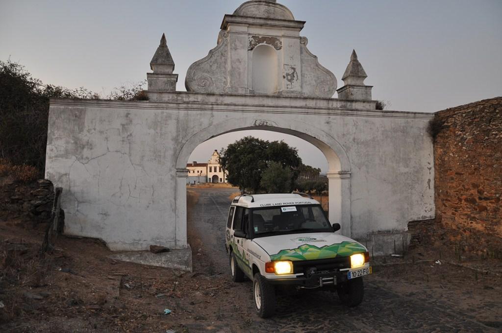 À porta do Convento da Orada