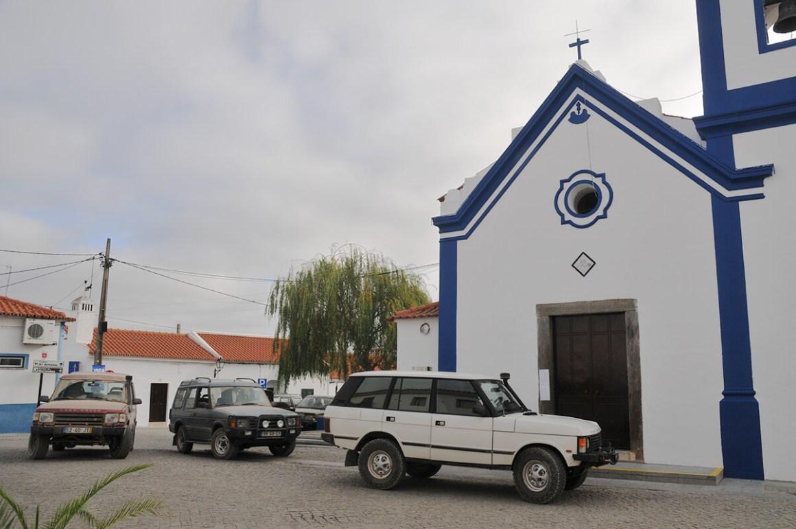 À porta da igreja na aldeia de Alqueva