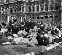 París, 1944. Celebración de la desocupación alemana. Franceses buscan cubrirse debido a francotiradores nazis que aún quedaban escondidos en los edificios. Magnum Photos.