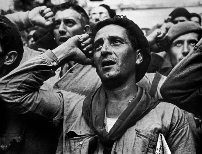 España, 1938. Despedida a las brigadas internacionales que desde ese momento dejarían de prestar ayuda en la guerra civil española. Magnum Photos.