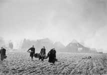 Alemania, 1945. Granjeros huyendo de sus hogares en llamas. Magnum Photos.