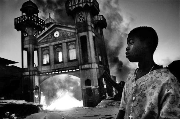 Ricardo Venturi (Italia, W.P.F., 1er lugar, categoría: Foto única de noticias) / Antiguo Mercado del hierro, en Puerto Príncipe, Haití, en pleno incendio en 2010.