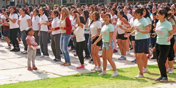 Estudiantes de la ENMJN en actividad colectiva en la explanada principal.