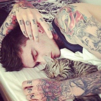 Chicos guapos tatuados