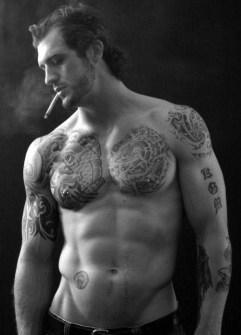 Chicos con pecho tatuado