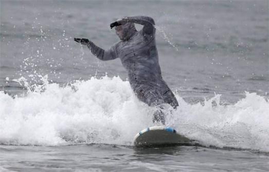 Campeonato de Surf en Santa Mónica por Halloween- Surfista disfrazado de Momia