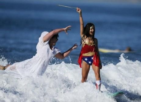 Campeonato de Surf en Santa Mónica por Halloween- Surfistas disfrazados de Zombie y Wonder Woman