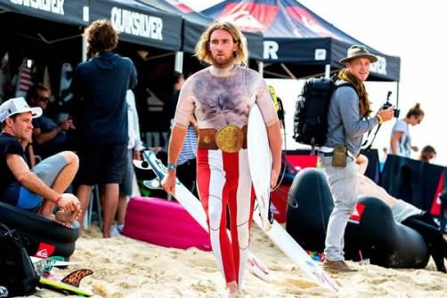 Campeonato de Surf en Santa Mónica por Halloween- Surfista disfrazado de Vikingo