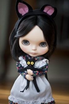 Blythe con su gatito negro