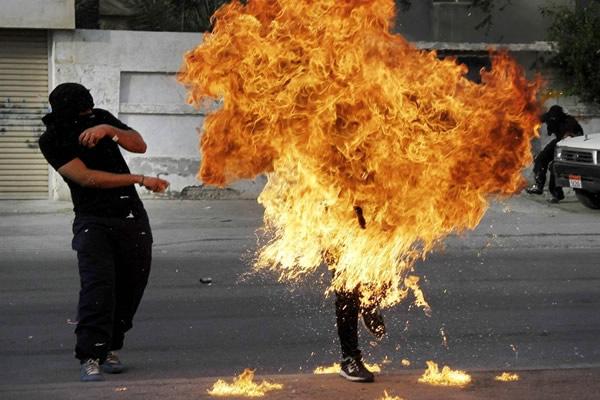 Las Imágenes más Sobrecogedoras de 2013 - Un manifestante en llamas en Barein.