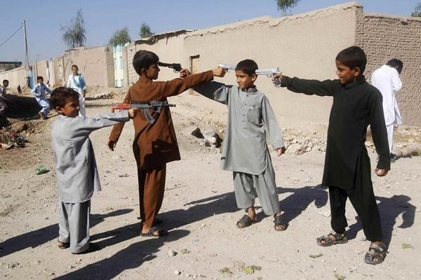 Las Imágenes más Sobrecogedoras de 2013 - Niños afganos jugando con pistolas