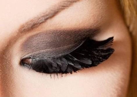 Maquillaje de Fiesta en Navidad - Pestañas postizas de plumas negras