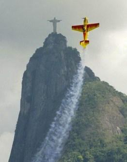 Fotos Increíbles en el Momento Justo - Avión de exhibición imitando al Cristo Redentor