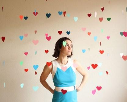 Regalos DIY para San Valentín - Cuelga una lluvia de corazones en la entrada de casa.