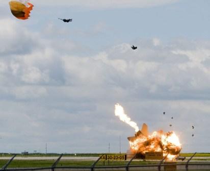 Fotos Increíbles en el Momento Justo - Piloto cayendo en paracaídas justo antes de que se estrellase su avión