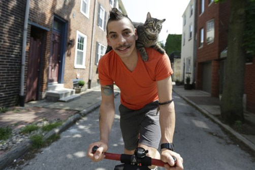 Mary Jane paseando en bici con su amo
