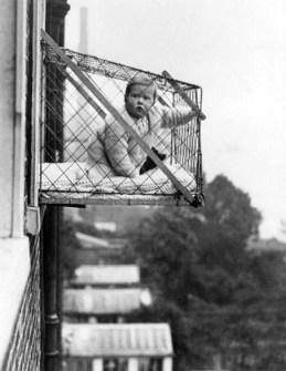 Fotografías Vintage que ya no se volverán a Repetir - Balcón Jaula para bebés