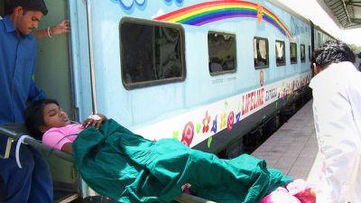IMPACTs sykehustog Lifeline Express bruker jernbanelinjene i India for å nå ut til fattige mennesker i vanskelig tilgjengelige områder med behov for helsetjenester. Sykehustoget tilbyr poliklinisk behandling og enkel kirurgi som gir syn, hørsel og bevegelighet tilbake..