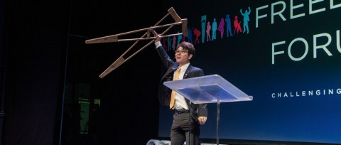 Krykker som symbolikk på frihet. Ji Seong-ho mistet fot og hånd under flukt til sør. Foto: Ole Chr. Eklund