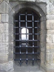 Une herse : grille en fer forgé pourvue de pics qui protégeait le châteauc
