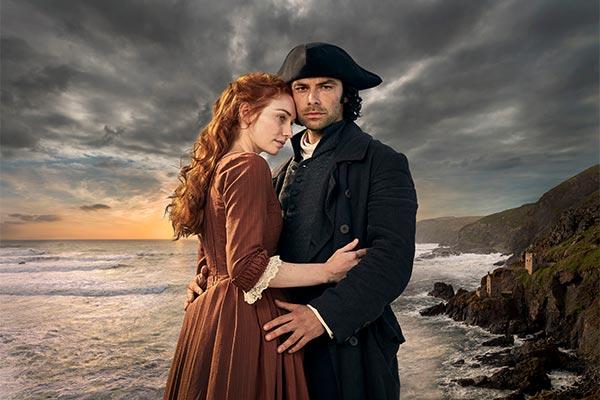 Image officielle de Poldark mettant en scène les deux héros enlacés sous un ciel romantique