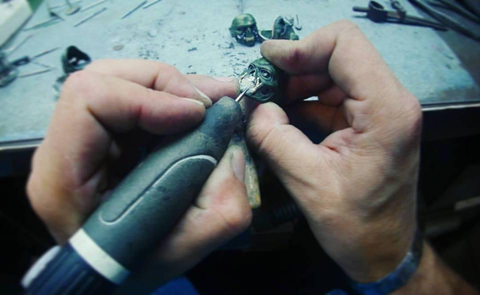 Les mains de Maxime Macchi modélisant un bijou à l'aide d'un appareil dédié