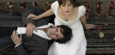 Photo d'Elisabeth et Mr Darcy, sur un banc, en plongée. Mr Darcy a la tête posée sur les genoux d'Elisabeth