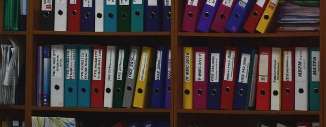 armoire avec classeurs de toutes les couleurs