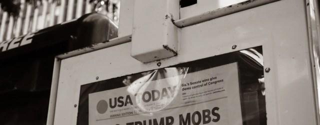 """Distributeur de journal US Today avec la Une """"Pro Trump Mobs storm US Capitol"""""""