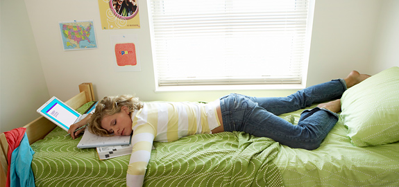 young-woman-sleeping-on-bed-in-student-dorm_pan_139645