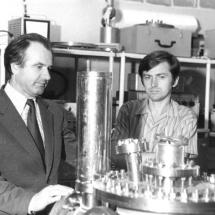 П. Мельник, Ю. Кринько в лабораторії електронної спектроскопії, 70-ті роки