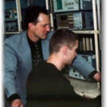 О. Нечипорук та В. Воловоденко, лаб. функціональної електроніки, квітень 2002 р.