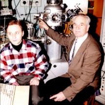П. Мельник із студентом в лабораторії тунельної мікроскопії, 90-ті роки